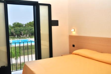 12_blumare-club-village--_camera_vista_piscina.jpg