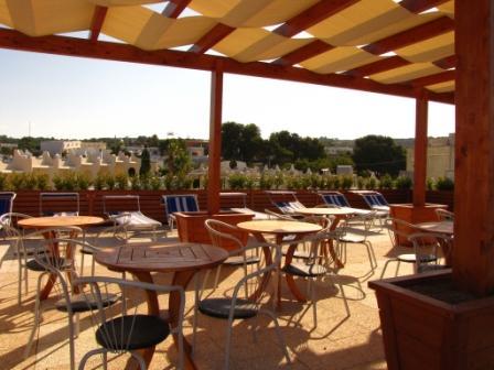 13_cala-saracena-family-club-residence_tavolini_terrazza.jpg