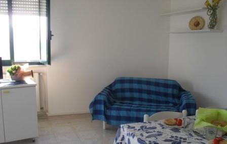 152_le-case-del-mare_case_del_mare_torre_pali_soggiorno_letto.jpg