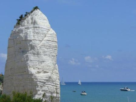 186_la-giara-villaggio-camping_villaggio_la_giara_vieste_faraglione.jpg