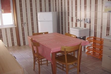 210_appartamenti-in-via-monti_cucina-quadri.jpg