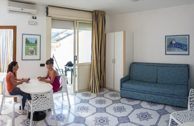 23_residence-blue-area-village_bilocale_soggiorno.jpg