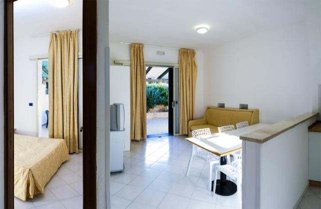 23_residence-blue-area-village_trilocale_soggiorno_camera_da-letto.jpg
