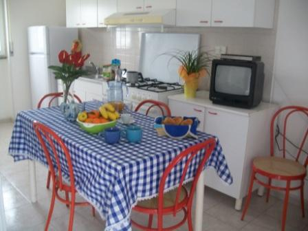 258_le-sorgenti-case-vacanza_appartamenti_le_sorgenti_soggiorno_cucina.jpg