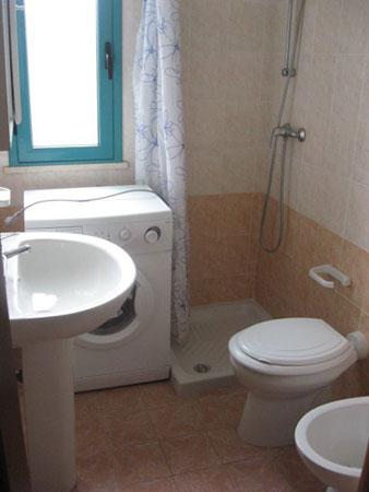 279_appartamenti-green-baia-verde_trilo_green_bagno.jpg