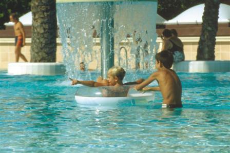 280_il-valentino-grand-village_valentino_villaggio_piscina_centrale.jpg