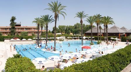280_il-valentino-grand-village_valentino_villaggio_piscina_centrale5.jpg