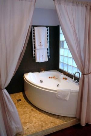 301_relais-la-fontanina-ristorante-wine-hotel_corner_bath.jpg