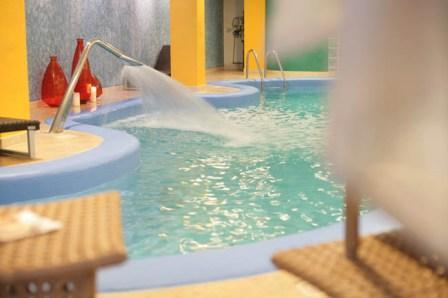 301_relais-la-fontanina-ristorante-wine-hotel_piscina_idromassaggio.jpg