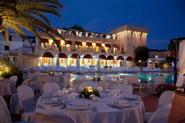 30_messapia-villaggio-hotel-resort_messapia_hotel_ristorante_bordo_piscina.jpg