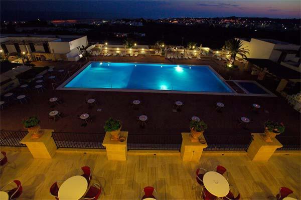 30_messapia-villaggio-hotel-resort_messapia_hotel_vista_piscina_notturna.jpg