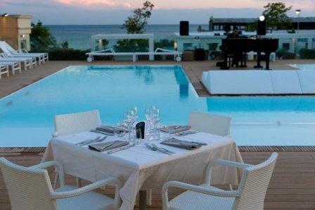 310_le-dune-suitel-hotel_ledunesuite_porto_cesareo_tavoli_piscina.jpg