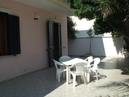 329_villetta-mare-verde-023_villetta_mare_verde_torre_san_giovanni_esterno_patio.jpg