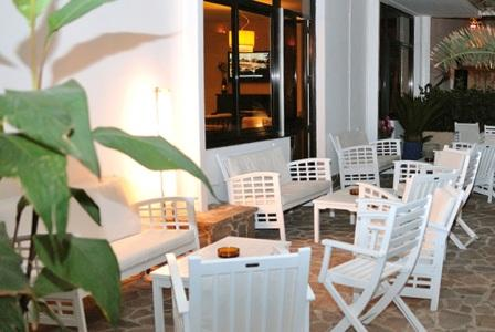 364_hotel-luna-lido_salottini-esterno.jpg
