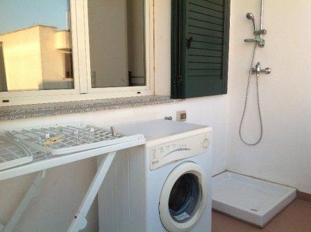 367_appartamento-elba-010_doccia-esterna-lavatrice.jpg