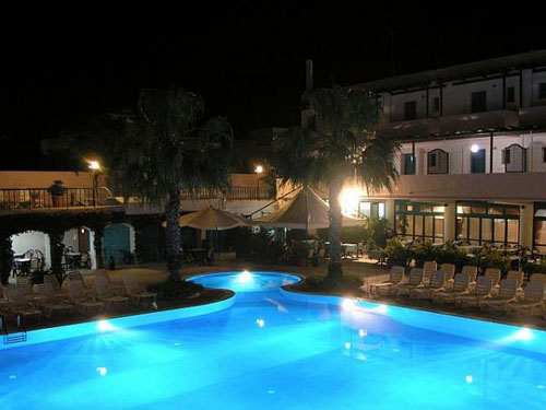 41_costa-del-salento-village-hotel_costa_del_salento_piscina_notturna.jpg