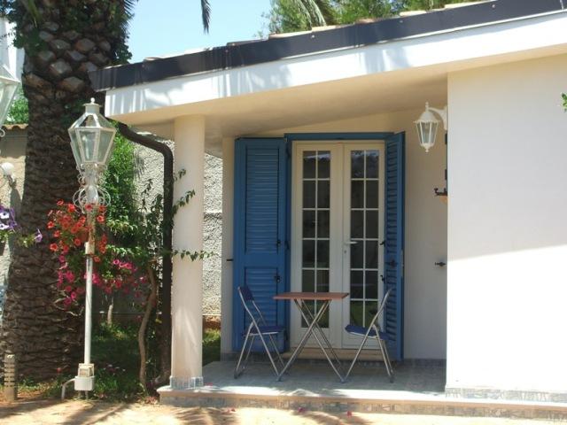 425_monolocali-fronte-mare-a-marina-di-alliste-034_veranda-attrezzata.jpg