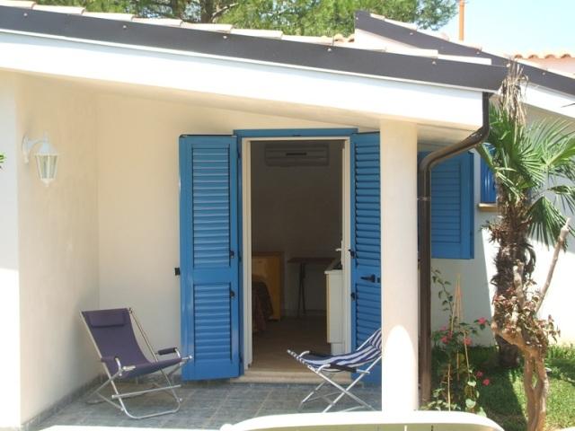 425_monolocali-fronte-mare-a-marina-di-alliste-034_veranda-con-sdraio.jpg