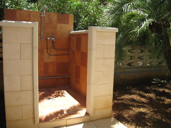 438_appartamento-il-pino-torre-suda_angolo-doccia-esterna-torre-suda.jpg