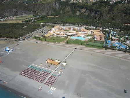 451_borgo-di-fiuzzi-resort-spa_spiaggia_alto.jpg
