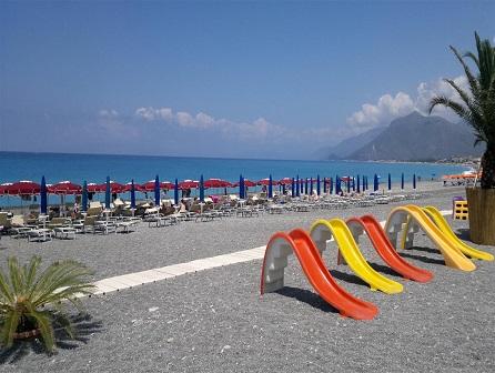 451_borgo-di-fiuzzi-resort-spa_spiaggia_giochi.jpg