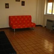 497_bilocale-orange_divano-matrimoniale.jpg