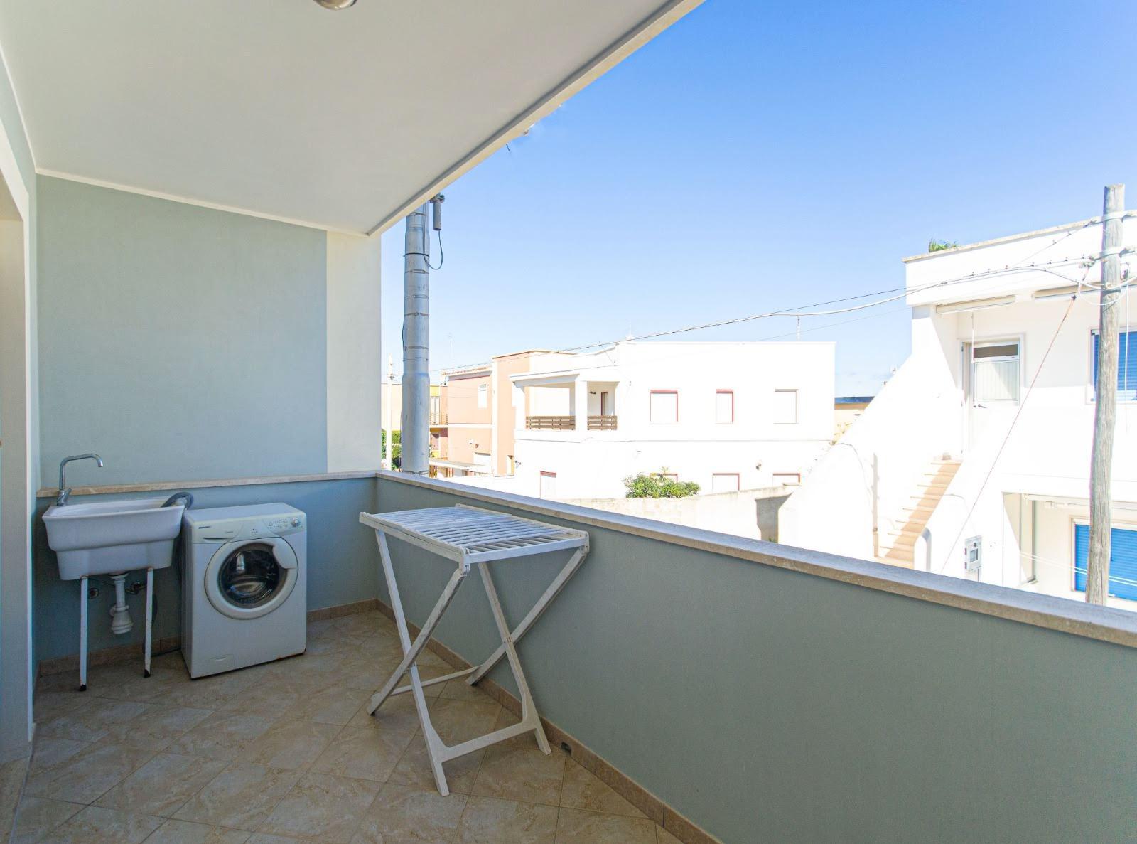 512_appartamento-volta-primo-piano_16._balcone_con_lavatrice.jpg
