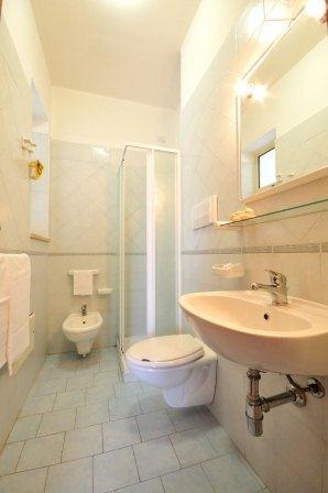 66_residence-rivazzurra_residence_rivazzura_torre_dell_orso_bilocale_bagno.jpg