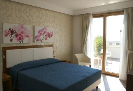 86_hotel-aurora-e-del-benessere_camera_balcone.jpg