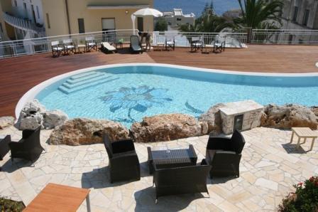 86_hotel-aurora-e-del-benessere_piscina2.jpg