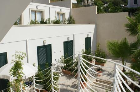86_hotel-aurora-e-del-benessere_veranda_camere.jpg