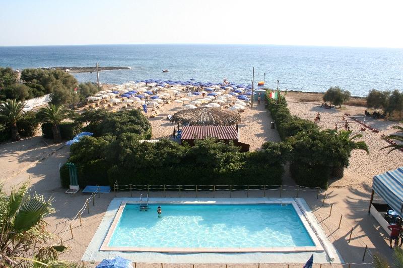 9_villaggio-residence-jonio-club_piscinaspiaggia3.jpg